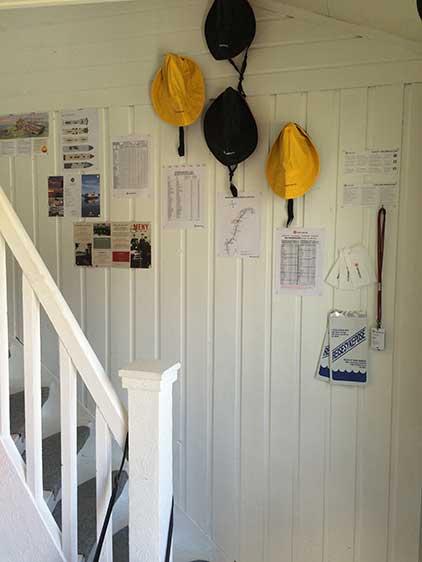Nyttig info-vegg ved trappa