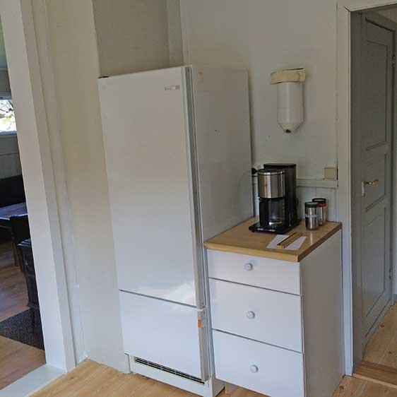 Kaffetrakter, kjøleskap og liten fryser