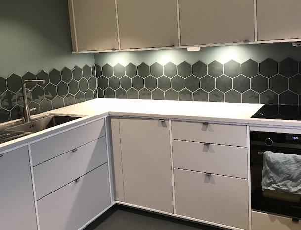 Ny flislagt kjøkkenvegg